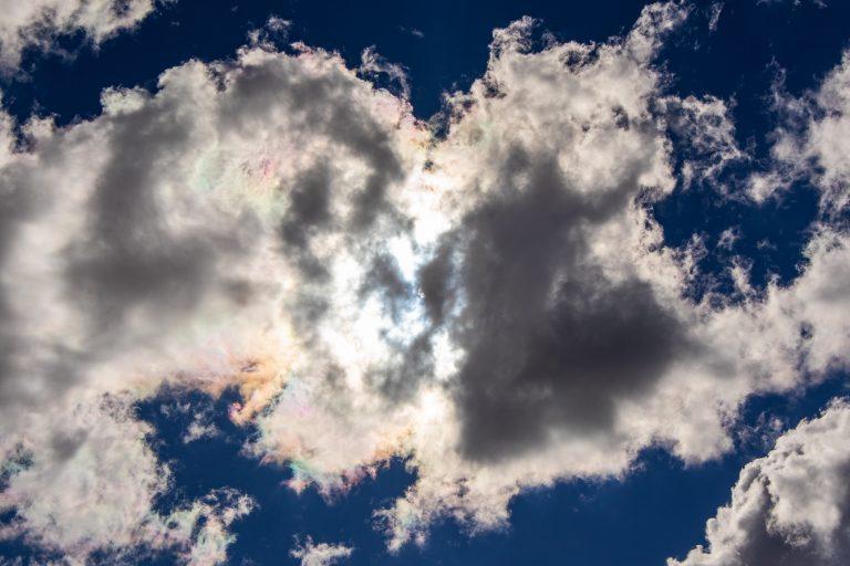 loslassen; entspannen; relax; Wolken; Sonne; blauer Himmel